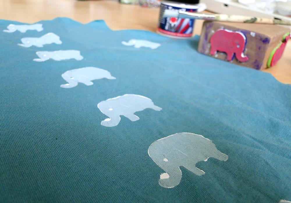 Stoff mit Elefantenstempel