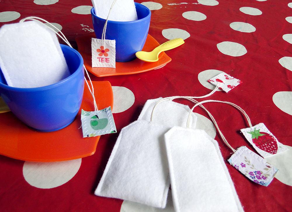 Teebeutel aus Filz für die Kinderküche als Spielzeug