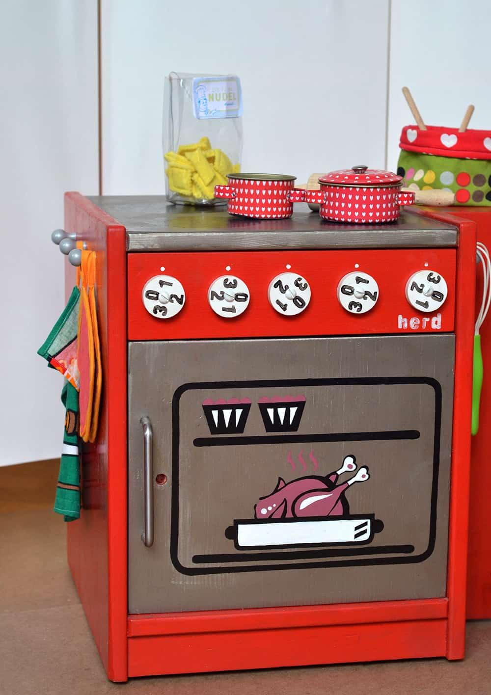 Kinderküche selbstgebaut: Upcycling-DIY bau dir einen Kinderherd im Retrostil!