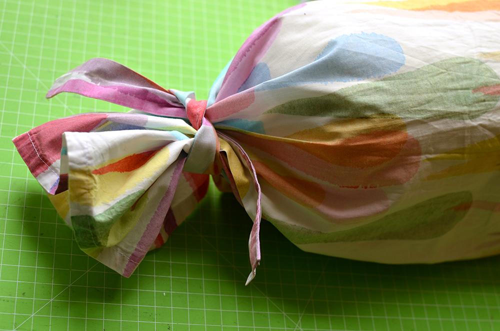 Nackenrollenbezug: Verschluss aus Bändern genäht