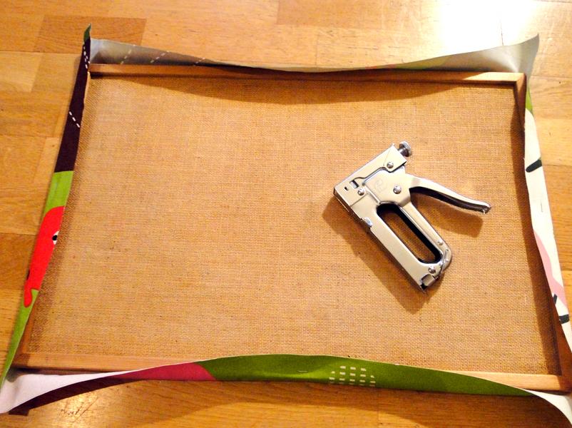 Pinnwand mit Stoff beziehen: Stoff mit dem Tacker befestigen