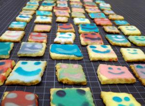 bunte Kekse, Plätzchen mit gesicht backen, z.B. für den Kindergeburtstag