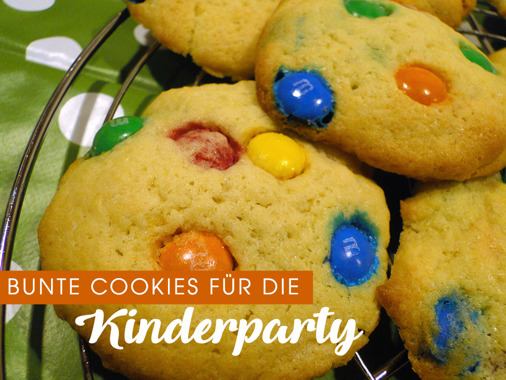 bunte Cookies für die Kinderparty mit Schokolinsen