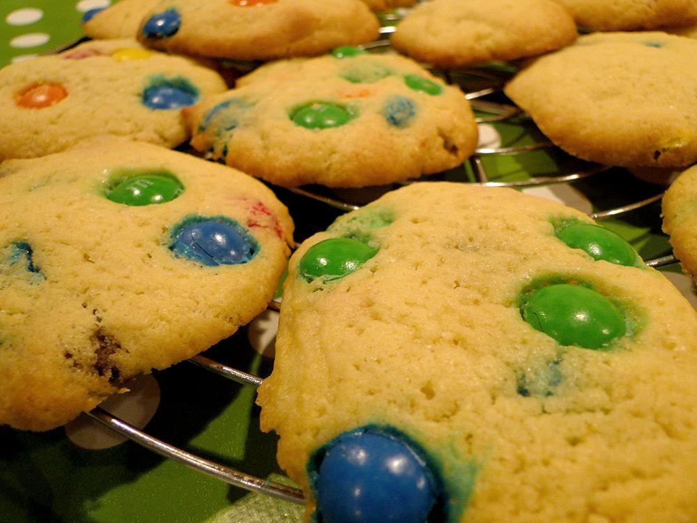 bunte Kekse mit Schokolinsen, super für die Kinderparty