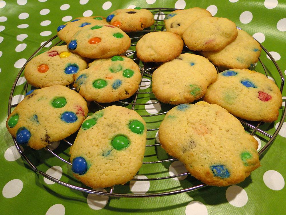 bunte Kekse mit Smarties / M&M-Cookies