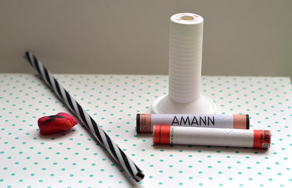 Nähgarn umspulen: Das brauchst du. leere Garnrollen, Trinkhalm oder Knete