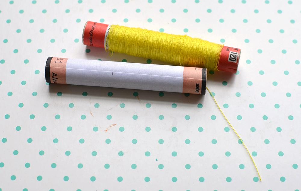 leere Garnrolle und Garn auf Garnrolle aufgewickelt