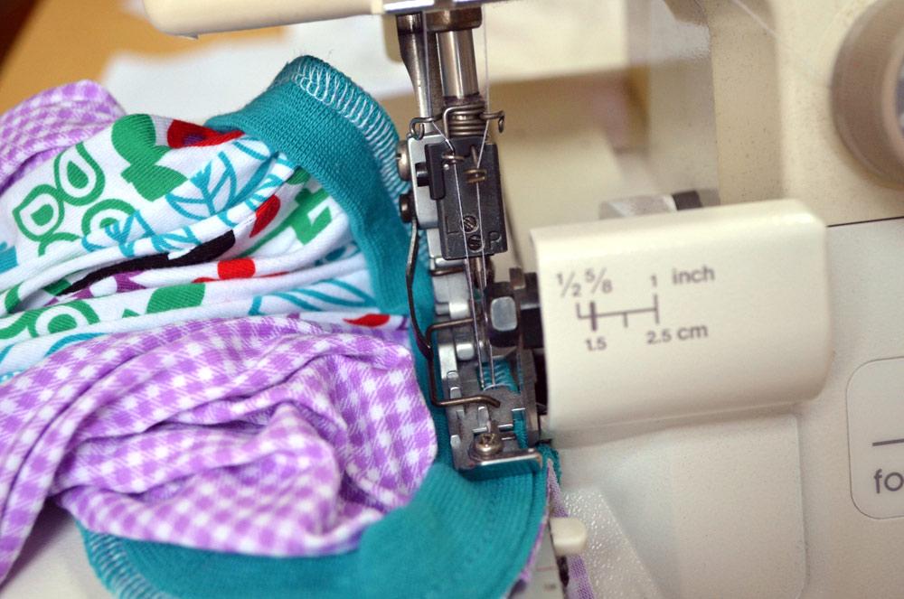 Anleitung: Halsbündchen mit der Overlock an Shirt nähen