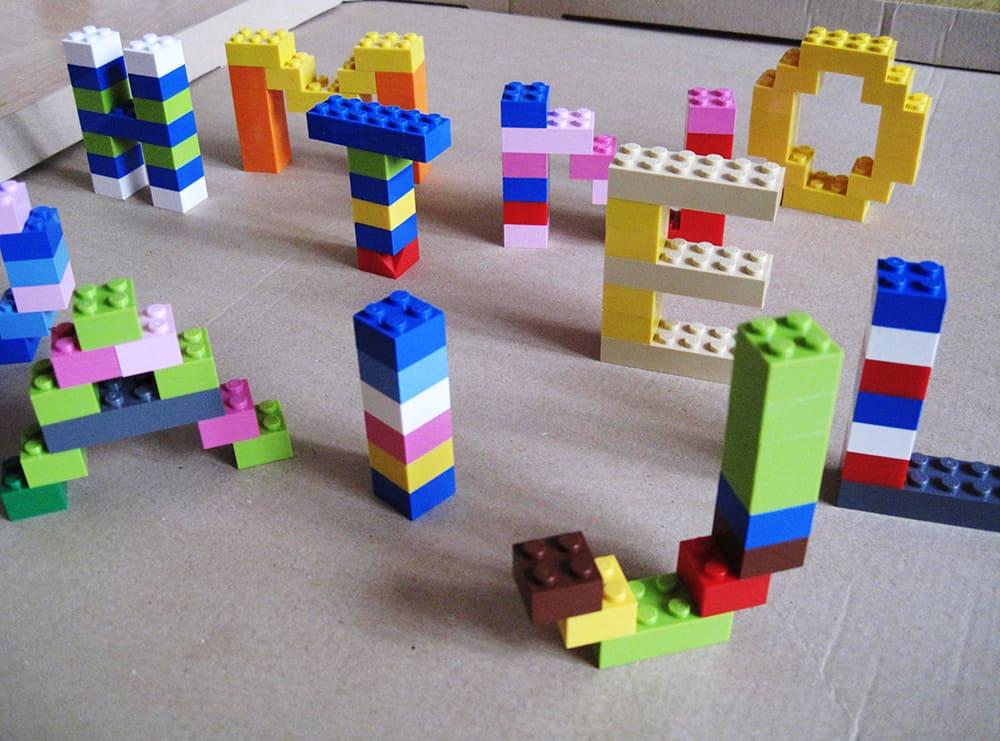 Buchstaben aus Lego Legobuchstaben