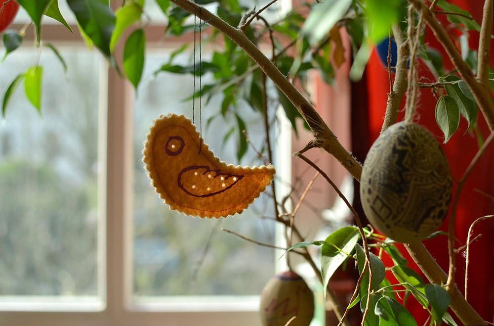Osterdeko: Vögel aus Filz nähen für den Osterstrauß