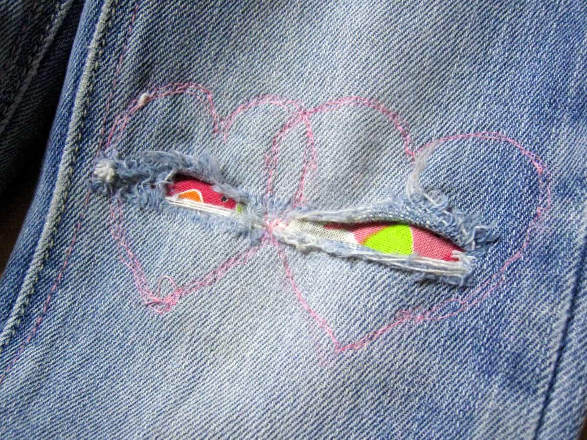 kaputte Mädchenjeans, Hose flicken mit negativer Herzchen-Applikation