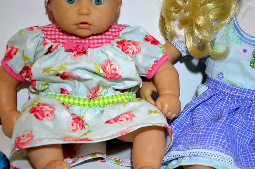 Romantisches Puppenkleid aus Baumwolle, selbstgenäht als Nikolausgeschenk für Babypuppe