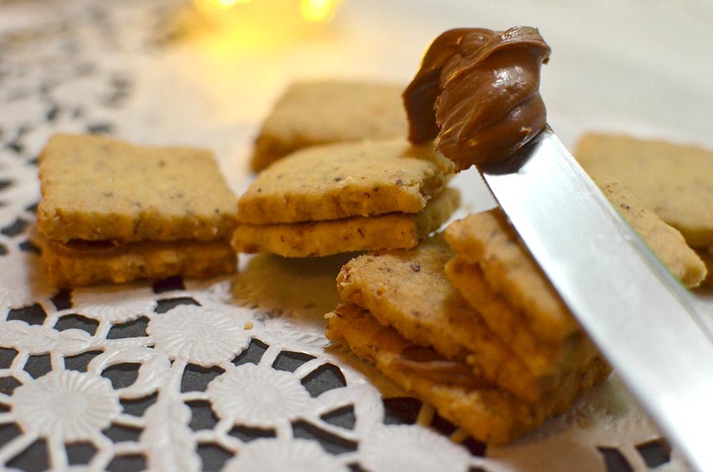 Kekse mit Füllung aus Schokocreme backen