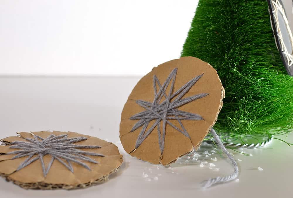 Wickelsterne DIY Vorlage: Basteln mit Wolle und Pappe, Adventsdeko