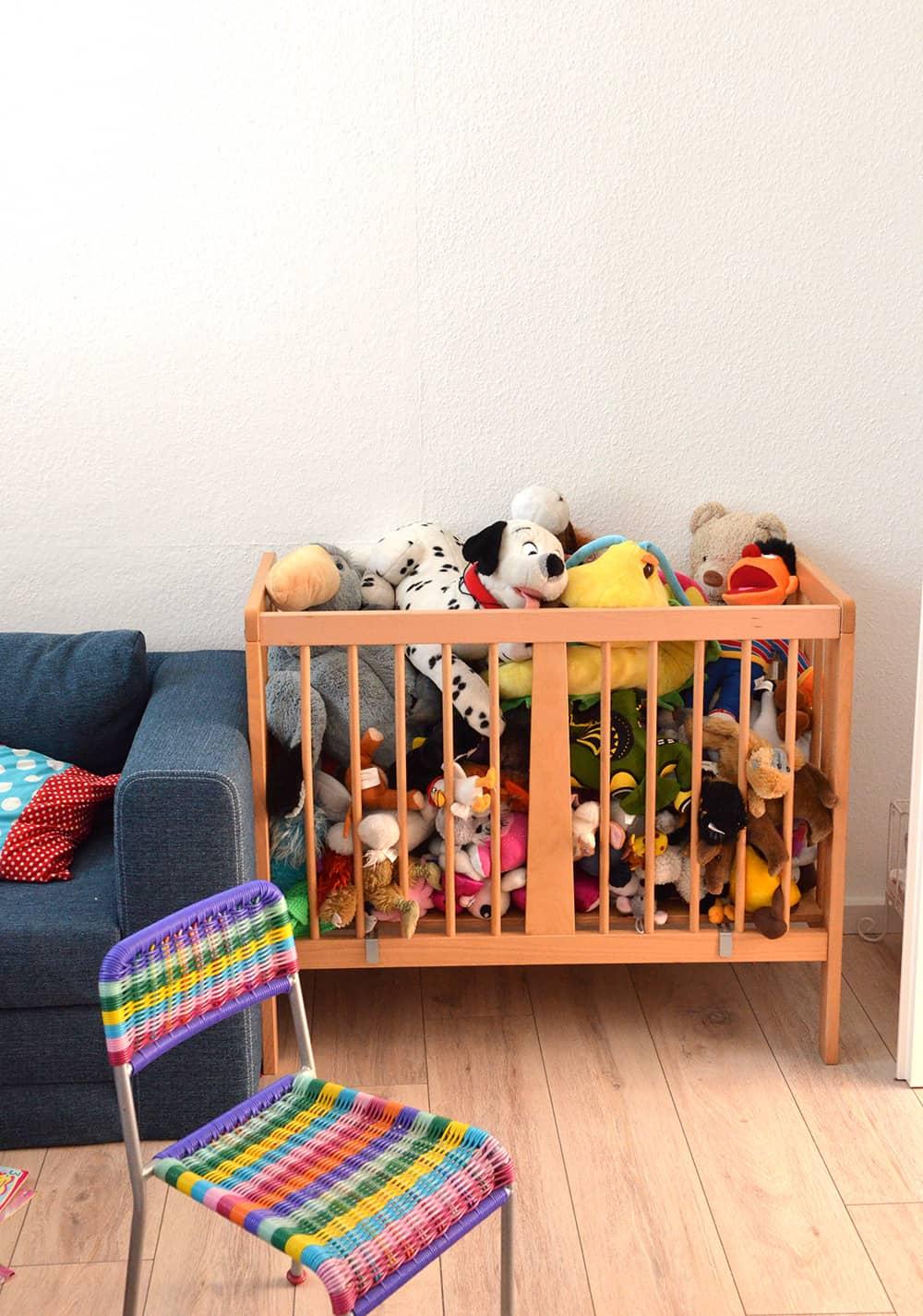 Kuscheltier-Aufbewahrung: Beistellbett als Stall