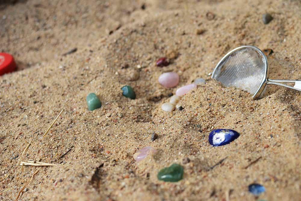 Spielidee Schatzsuche mit halbedelsteinen auf dem Spielplatz oder am Strand