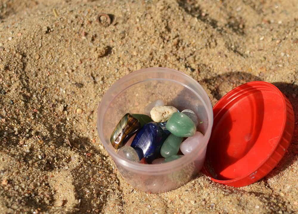 Sand-Schatzsuche mit Edelsteinen