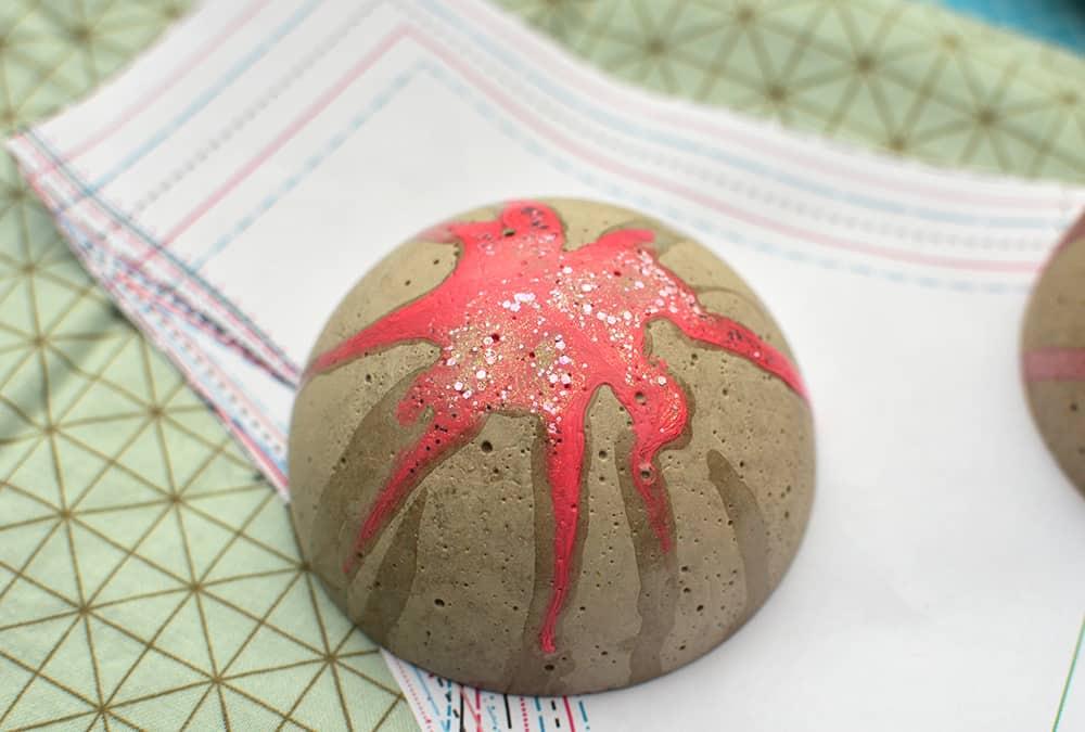 Stoffgewicht aus Beton mit glitzer-Nagellack selber machen. Geht sicher auch als Briefbeschwerer
