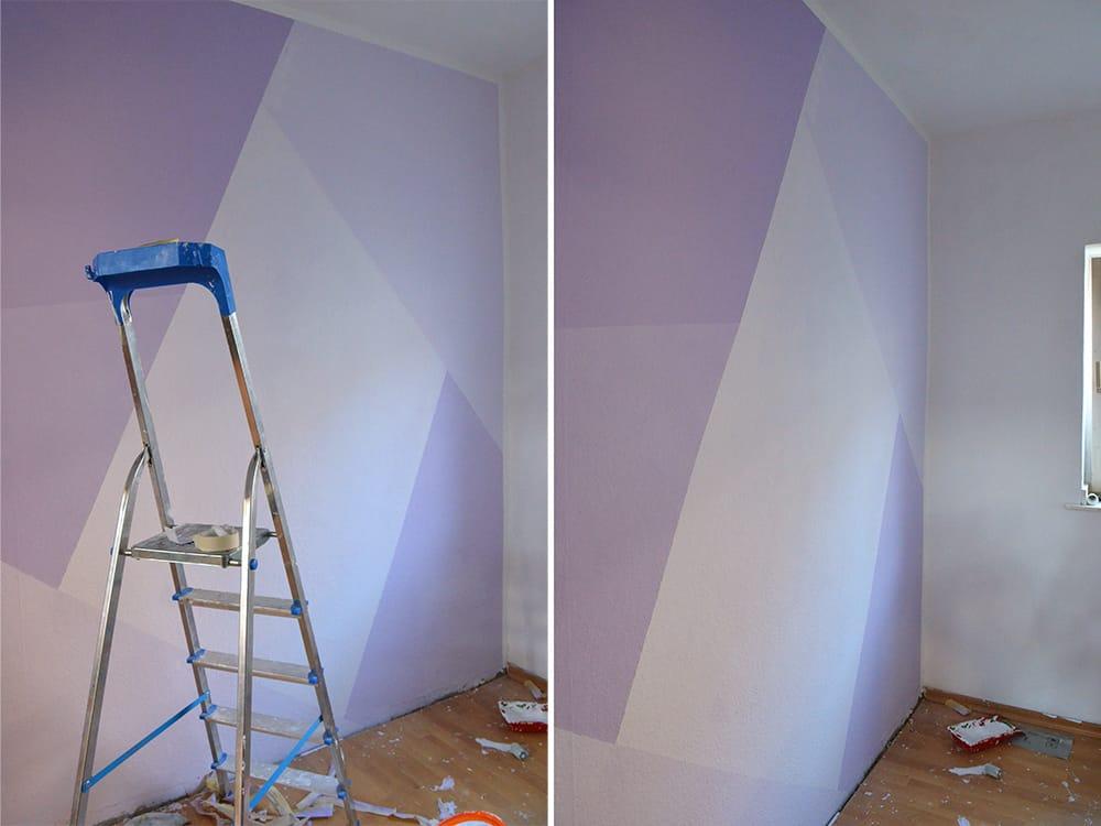 geometrisch gemusterte lila Wand im Kinderzimmer