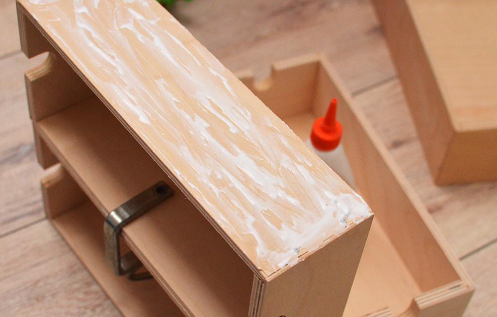 Schublade mit Holzleim bestreichen