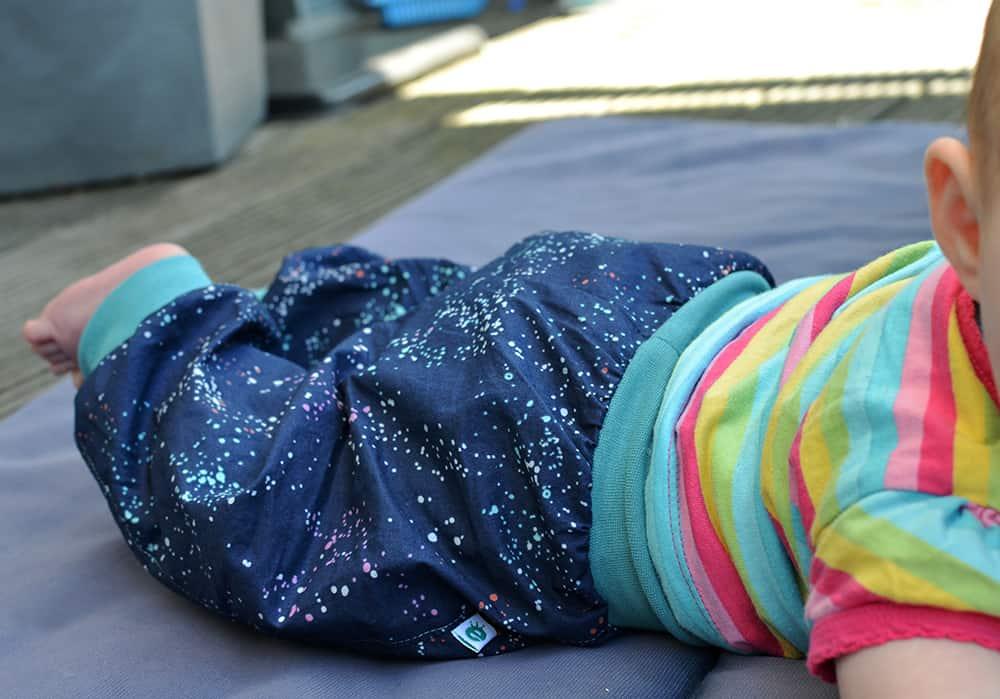 Hose für Babys nähen: Aus Webware und mit Bündchen