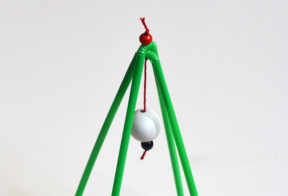 Mini-Weihnachtsbaum DIY: Kugel aufhängen