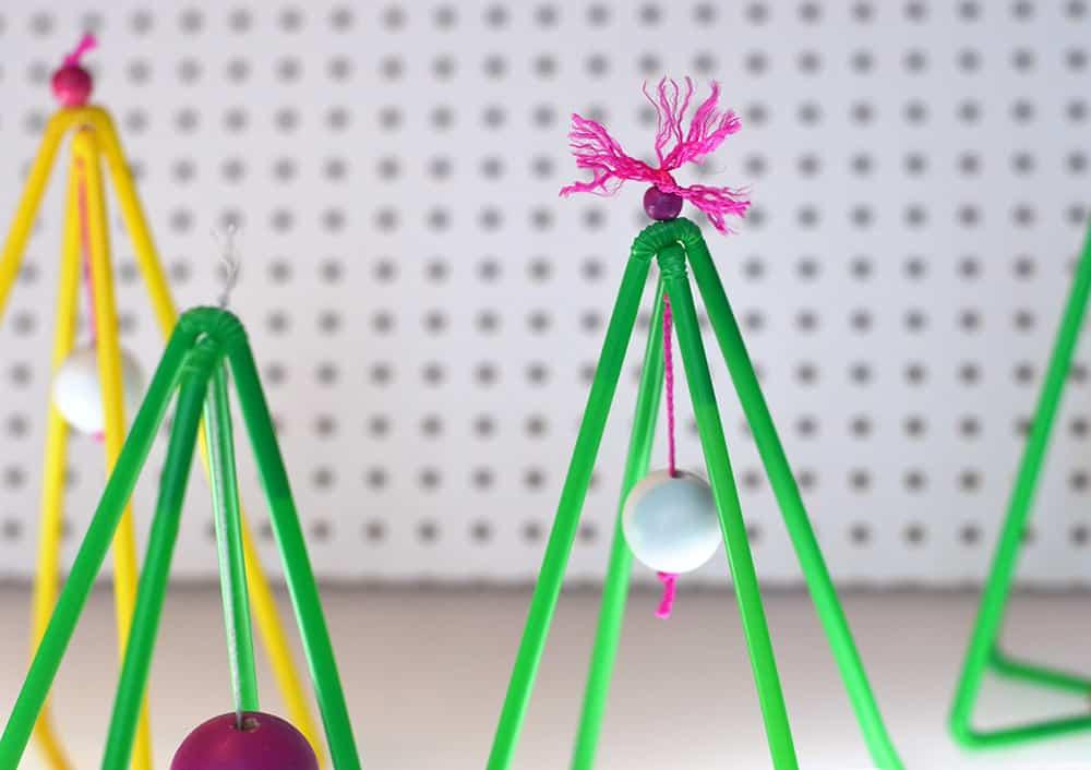 Weihnachtsbäume basteln: DIY aus bunten Strohhalmen
