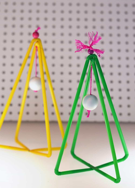 Adventsdeko basteln: Tannenbäume aus bunten Plastikstrohhalmen