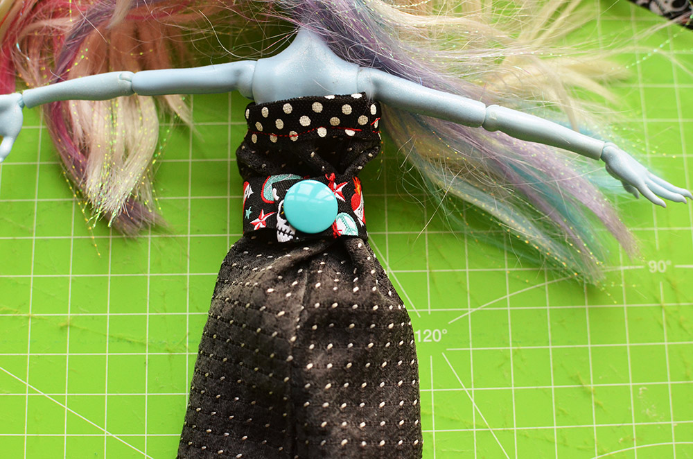 Krawatten-Upcycling-Idee: Kleid für die Monster High Puppen