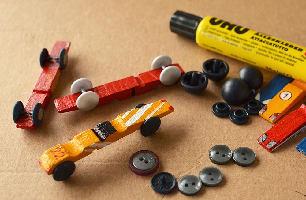 Rennwagen basteln: Upcycling-Idee für kaputte Wäscheklammern