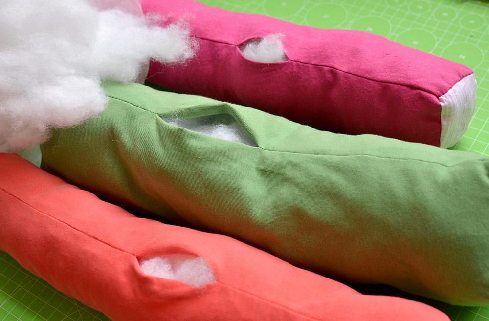 Füllung des selber genähten Maki-Sushikissens mit Füllwatte ausstopfen