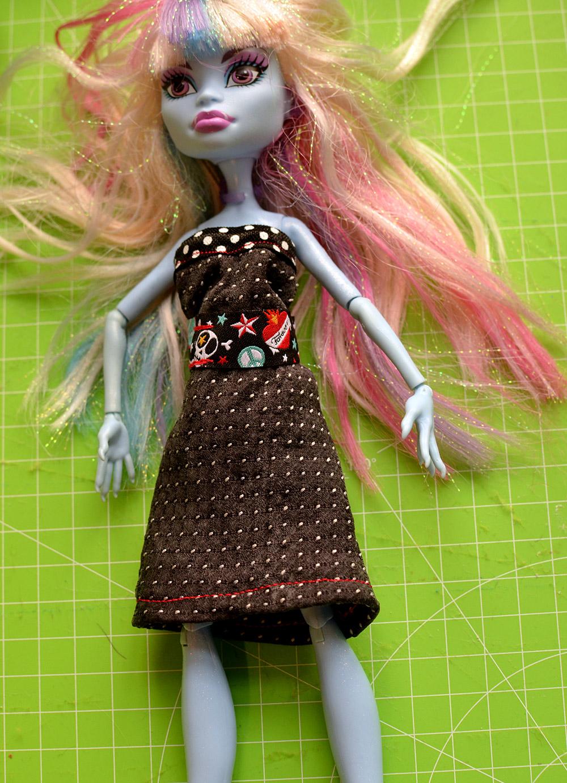 Ankleidepuppe: Upcycling-Kleid selber nähen aus Resten