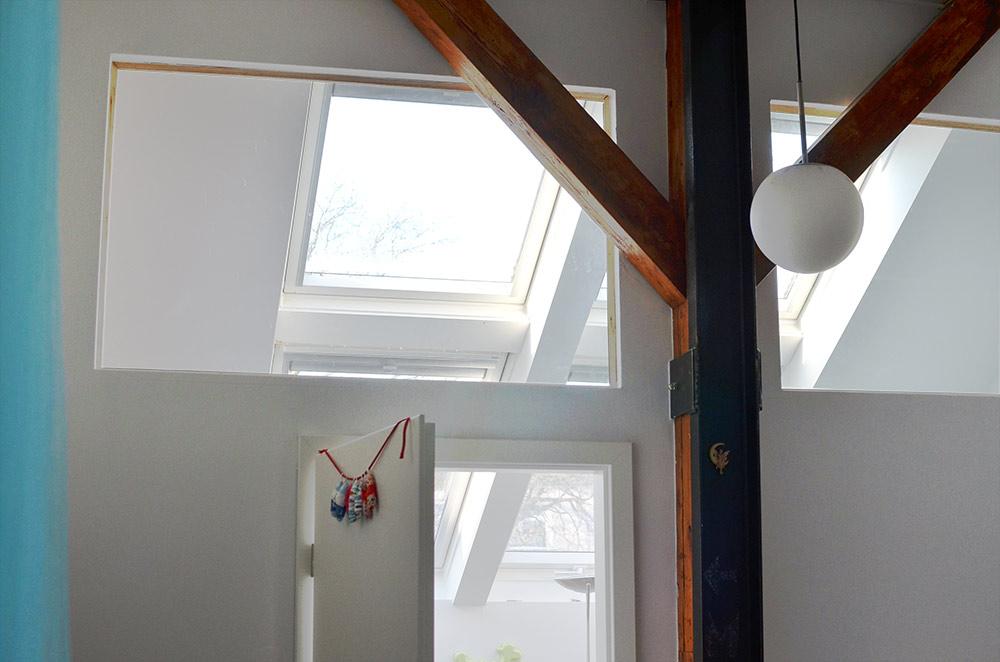 Kinder-Zimmer mit Fensterscheiben in der wand