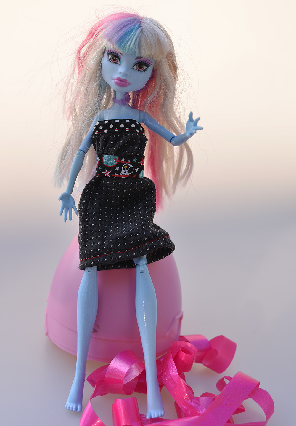 Krawatten-Upcycling: Puppenkleid für Monster High nähen