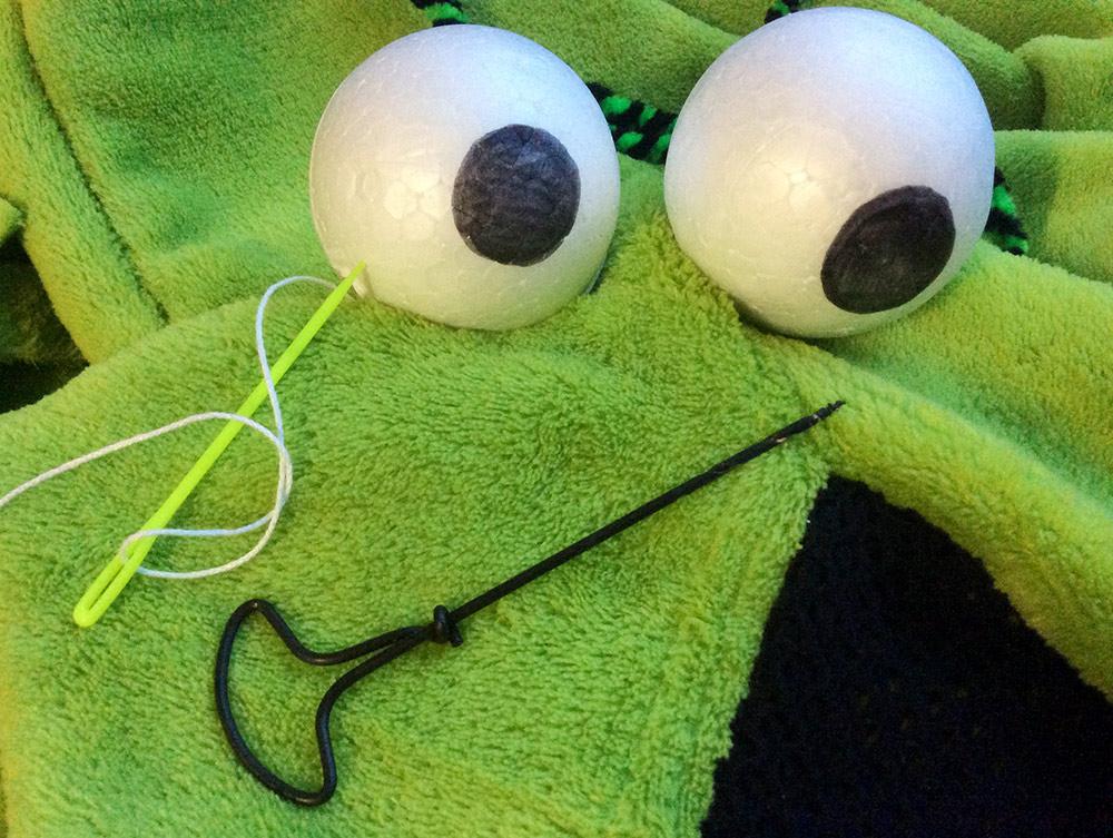 Augen des Plüschmonsters basteln: Verkleiden als Yipyip