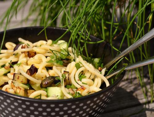 Nudel-Antipasti-salat mit Schnittlauch