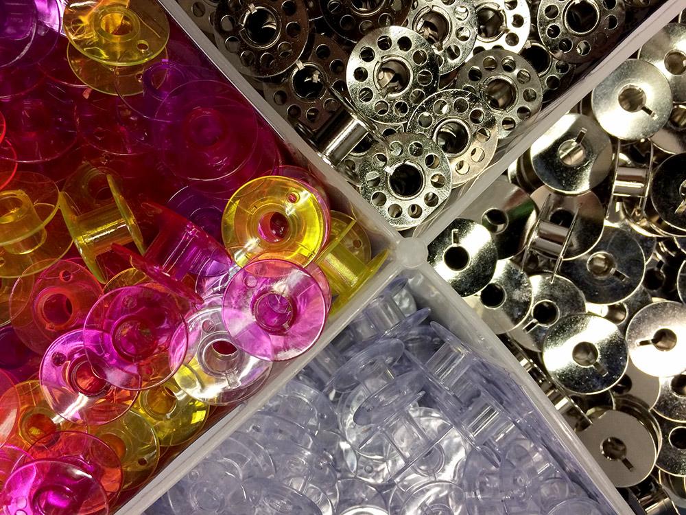 bunte und mettalische Unterfadenspulen für die Nähmaschine