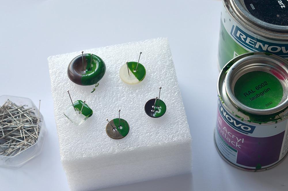 Knöpfe lackieren mit Acryl-Buntlack