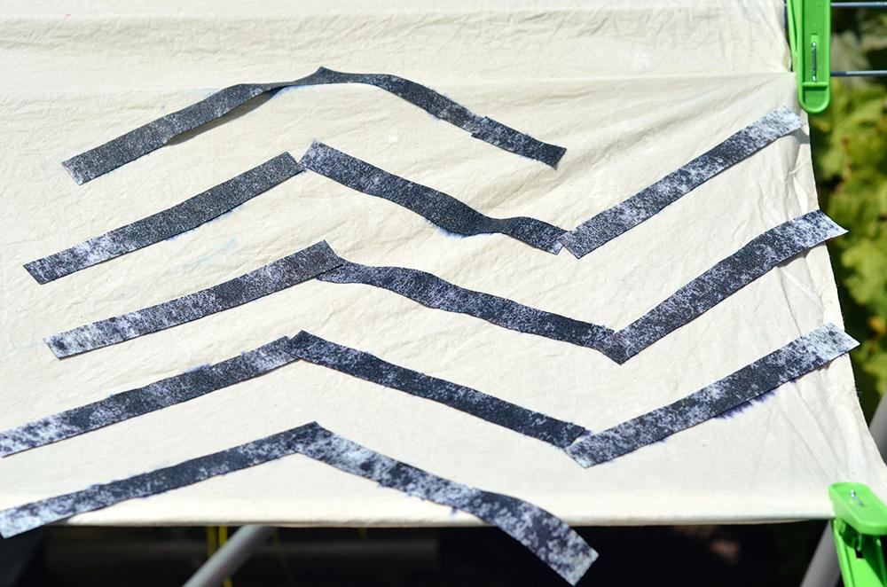 Stoff bedrucken mit dunkelblauen Färbetüchern