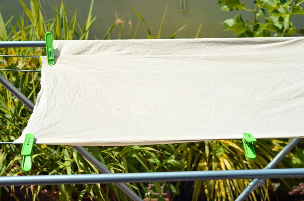 Fake-Shibori färben: Nassen Baumwoll-Stoff aufspannen