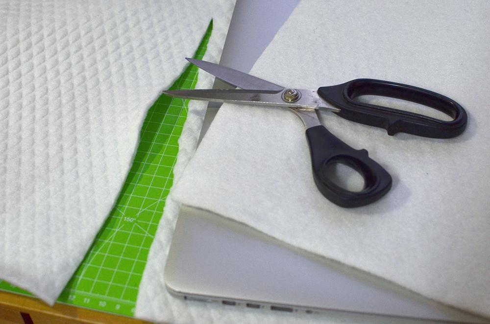 Polster aus Filz für Notebooktasche zuschneiden