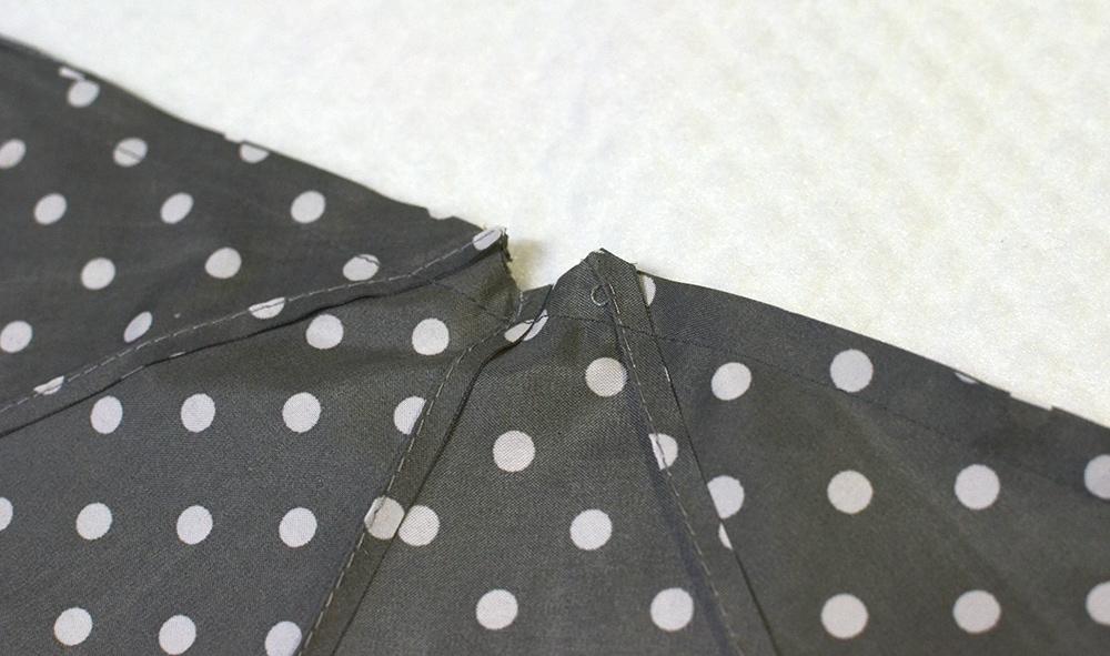 Regenschirm-Stoff zusammenstecken für die Upcycling-Laptop-Tasche