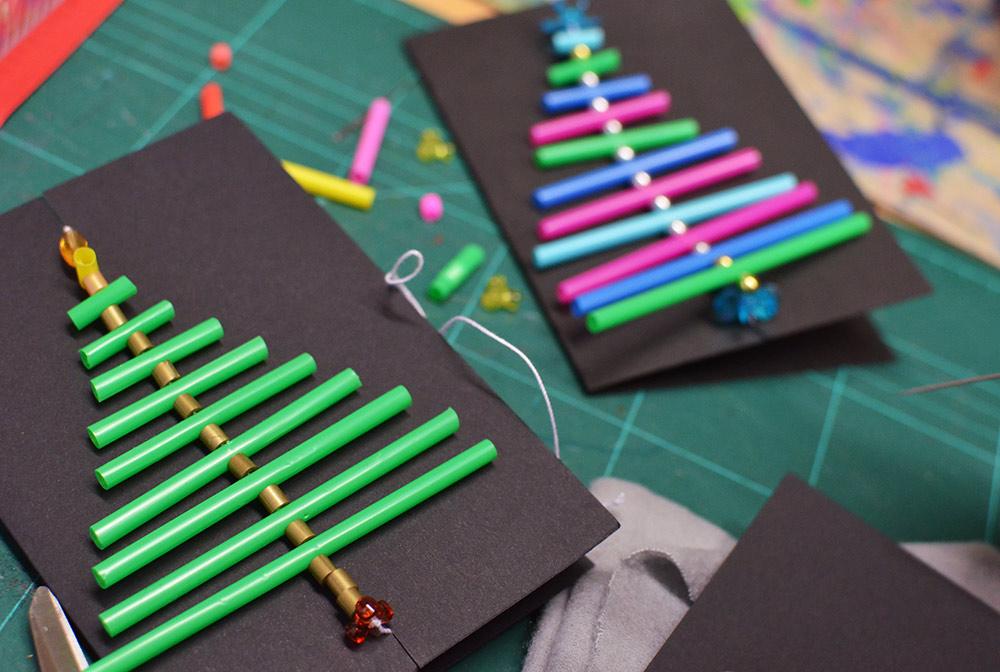 Weihnachtskarten basteln mit Kindern: Bäume aus Trinkhalmen