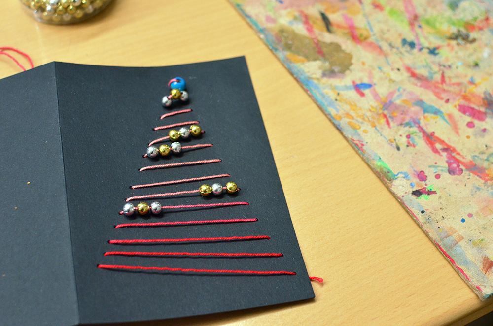 schlichte grafische Weihnachts-Karte mit gesticktem Tannenbaum