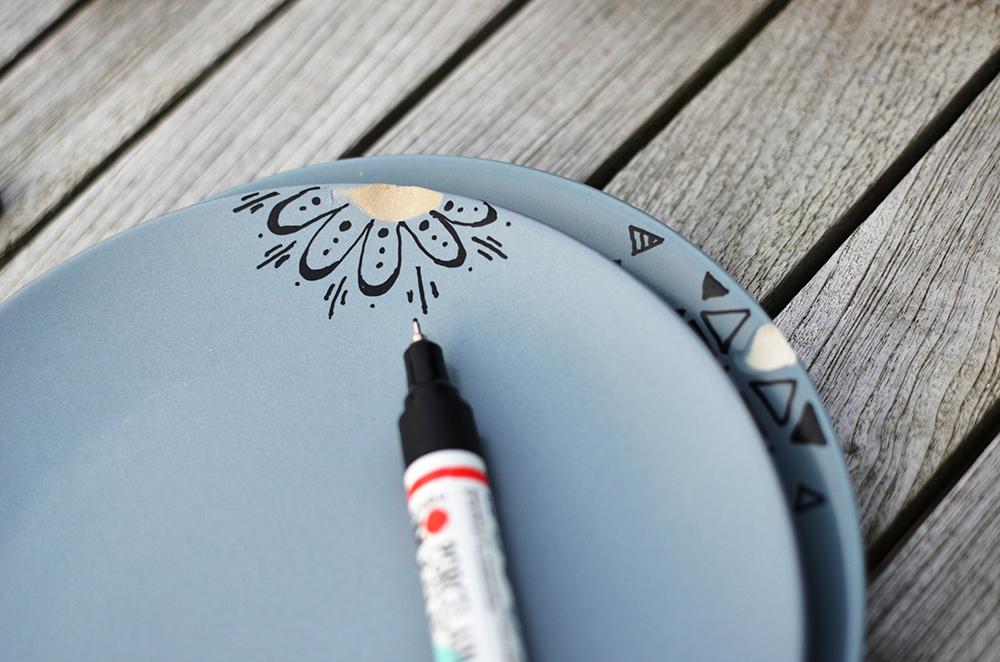 kaputte Teller upcycling: Mit Porzellanstiften bemalen