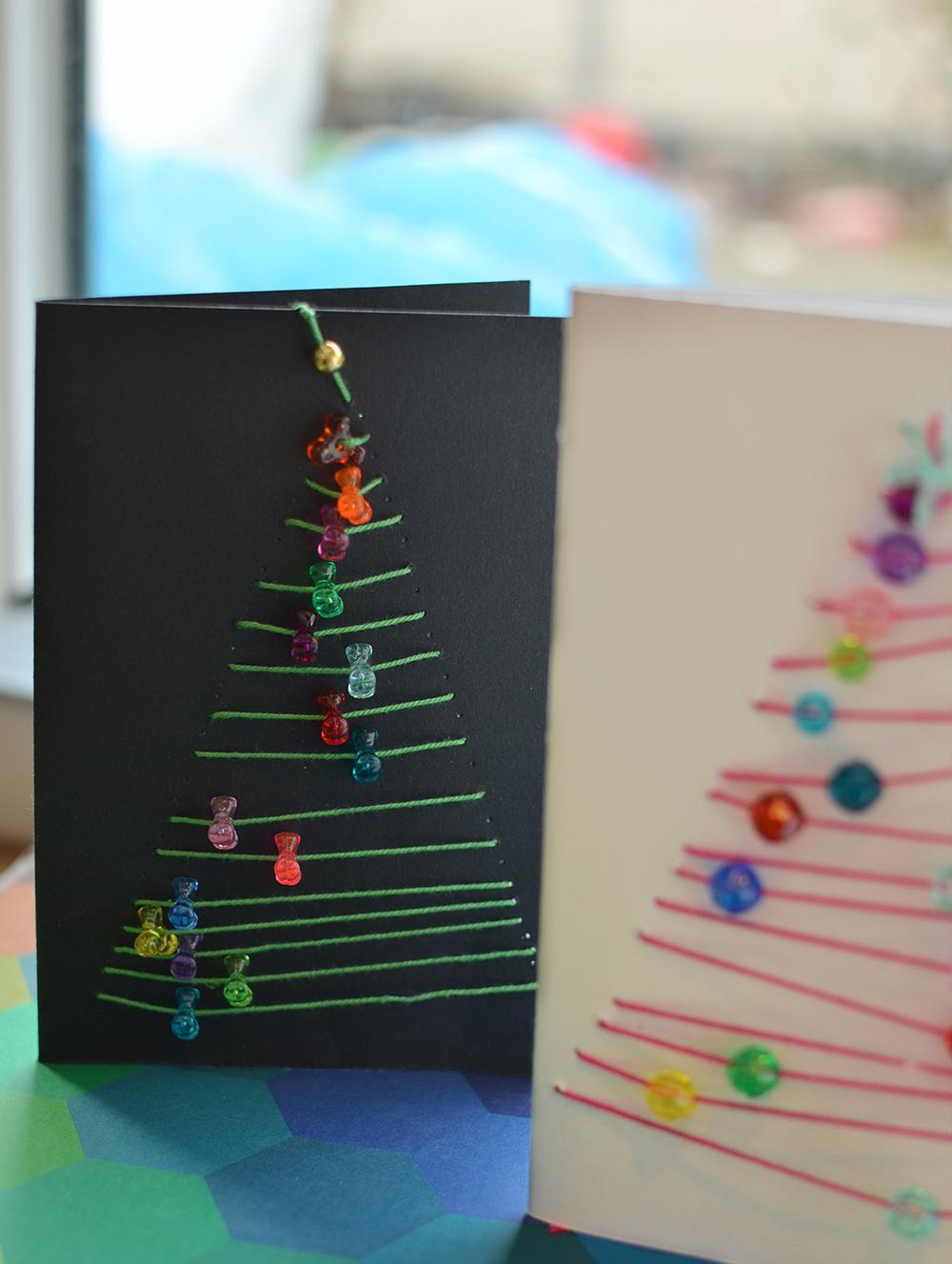 gestickte Karten mit Tannenbaum und Perlen