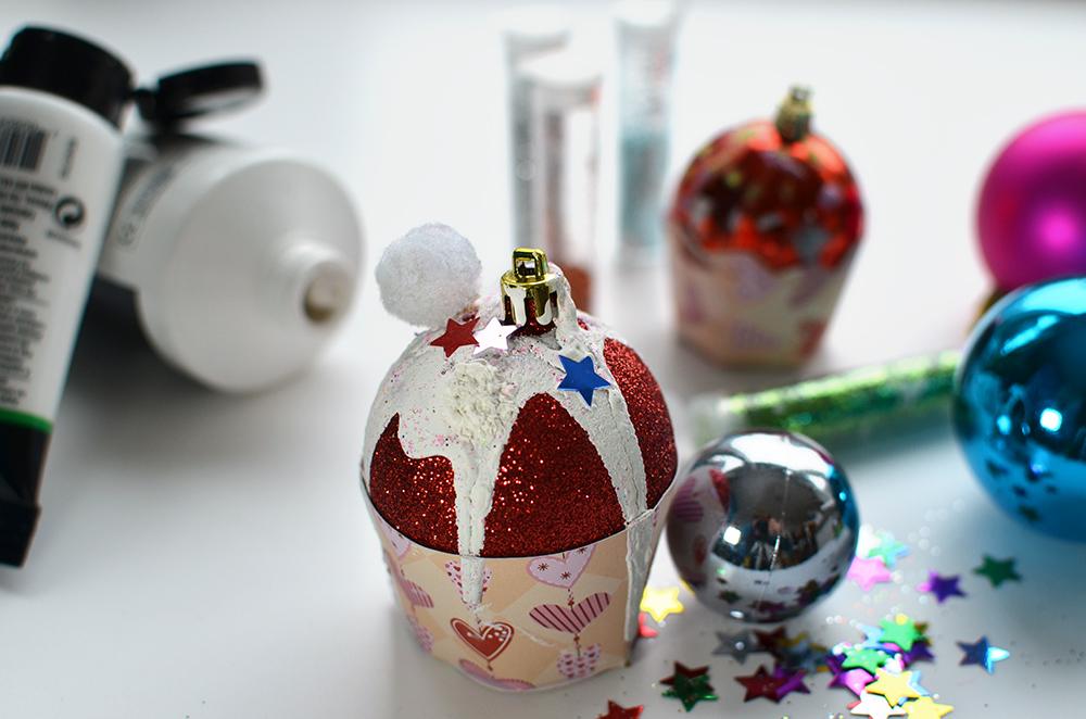 Cupcakes als Weihnachtsdeko basteln: DIY Weihnachtsbaumanhänger
