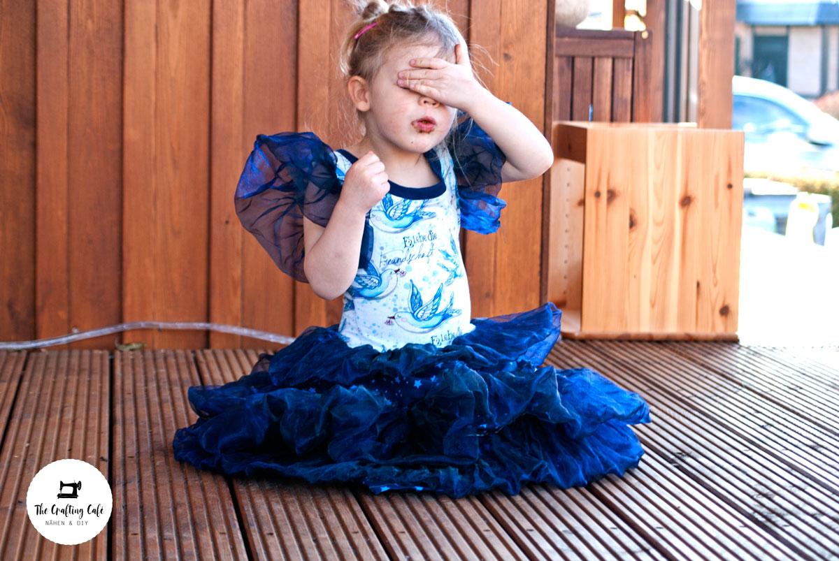 Prinzessinkleid mit blauen Organza-Rüschen, genäht von Crafting Café