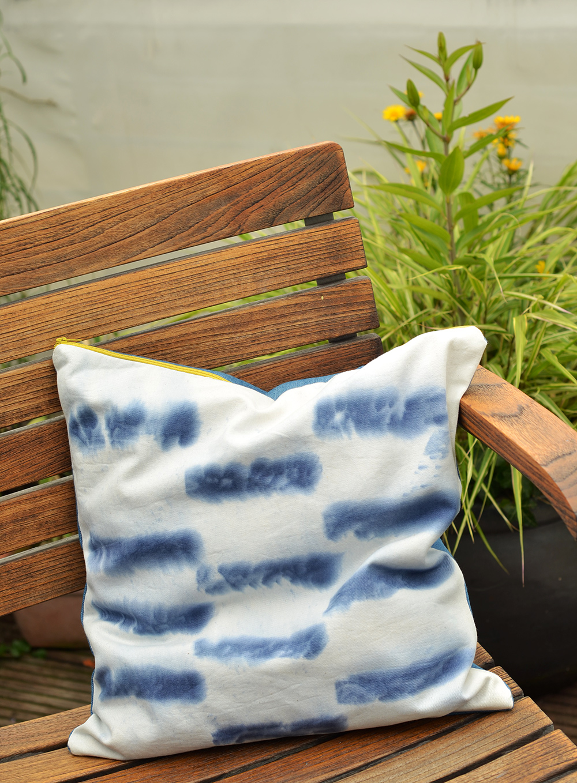 Kissen mit Farbtuch-Shibori bedrucken: DIY mit Jeansblautüchern
