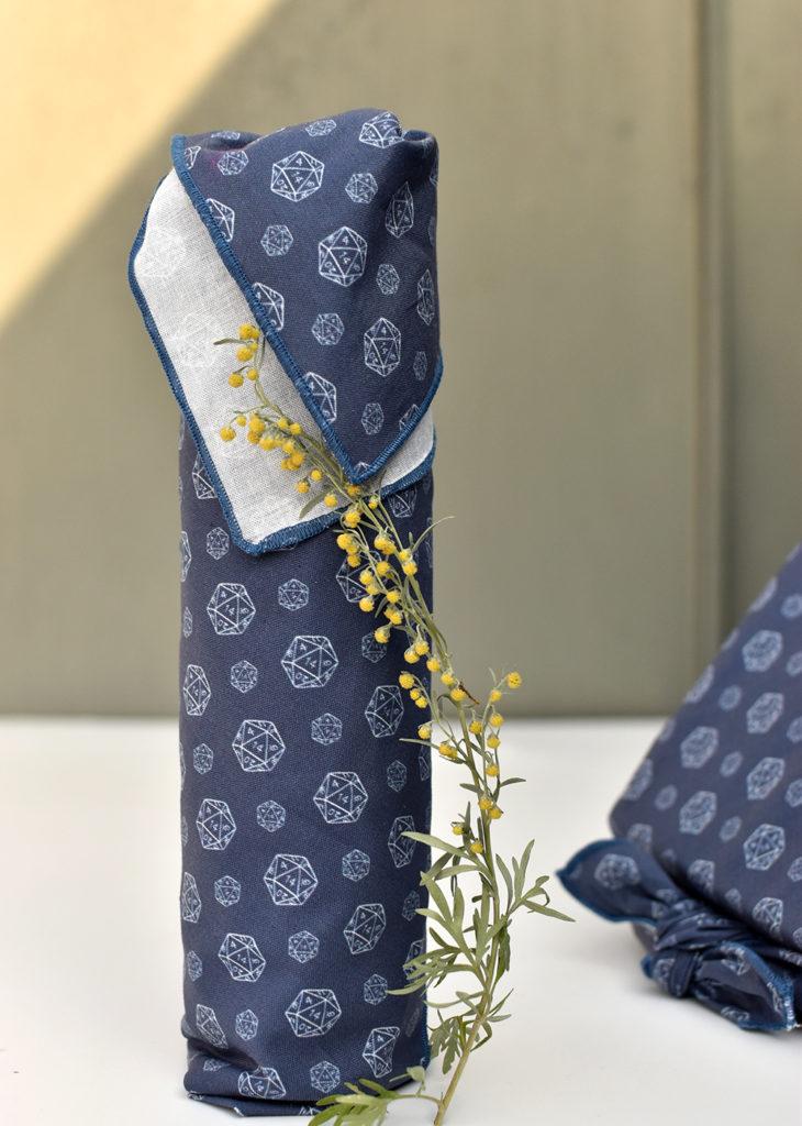 Furoshiki: Flasche in Stoff einwickeln